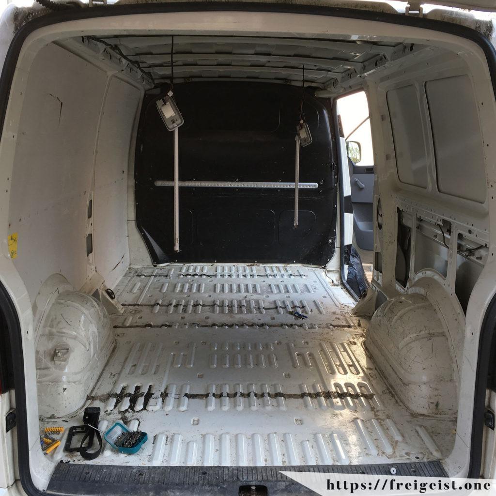 freigeist - VW T5 Bodenplatte vorher